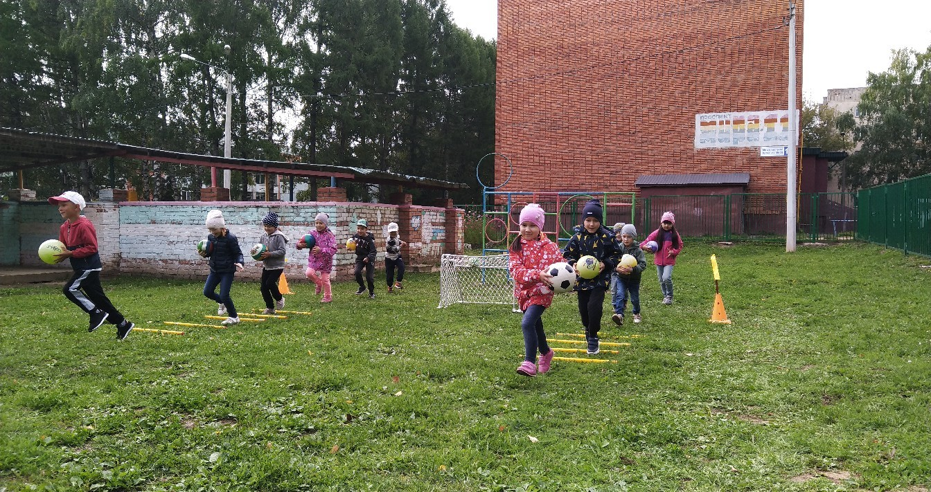 Обучение детей  элементам спортивной игры Футбол!